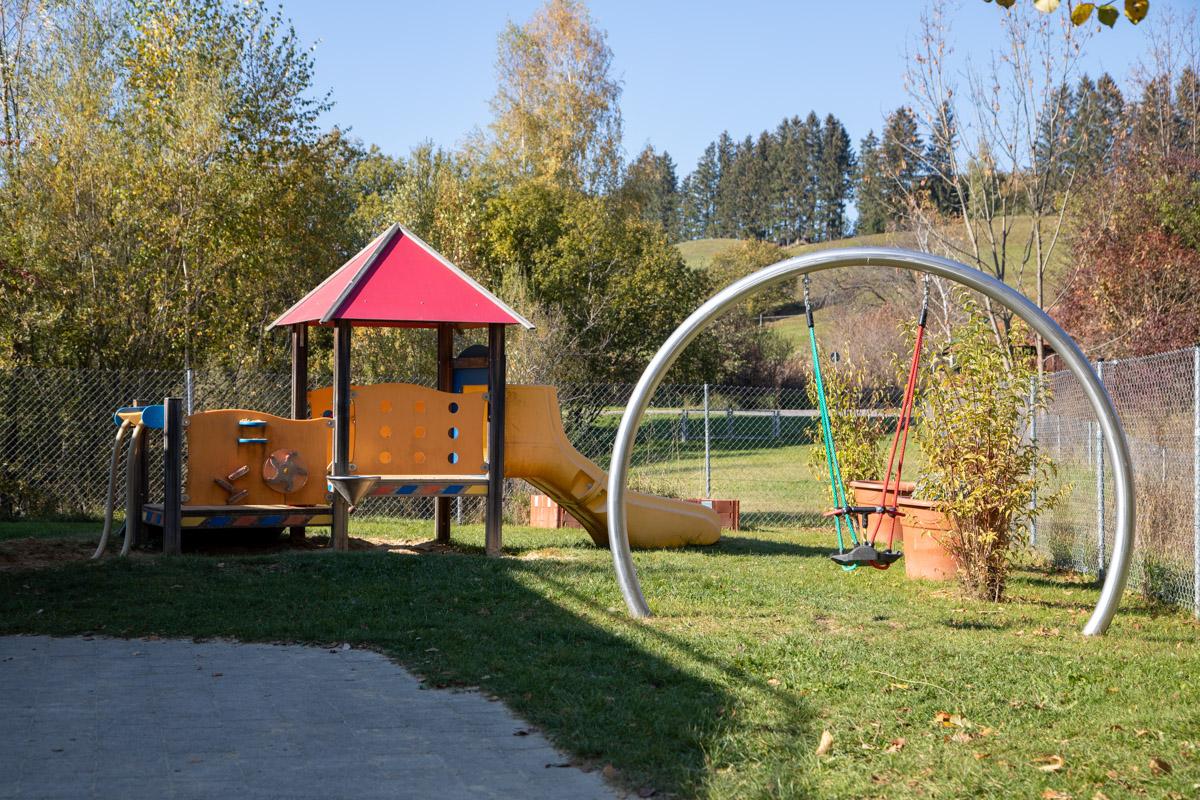 Spielhaus und Schaukel für Krippenkinder.